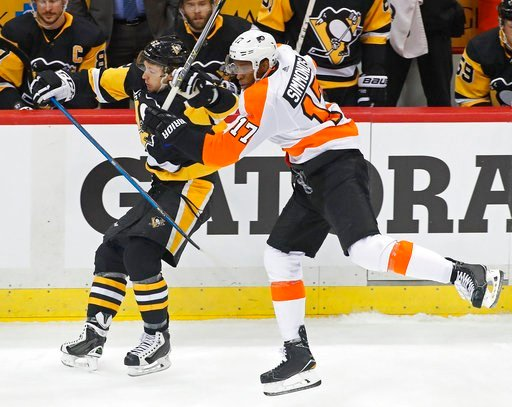 (AP Photo/Gene J. Puskar). Philadelphia Flyers' Wayne Simmonds (17) collides with Pittsburgh Penguins' Carl Hagelin (62) during the first period in Game 2 of an NHL first-round hockey playoff series in Pittsburgh, Friday, April 13, 2018.